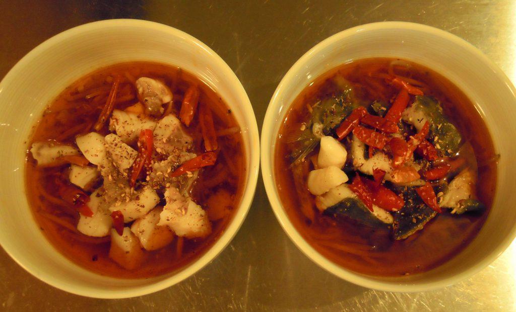 皿にニザダイ・花椒・唐辛子を入れる