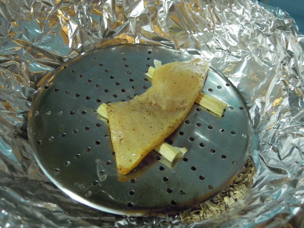 ケーキクーラー・ニンニクの茎・ニザダイを置く