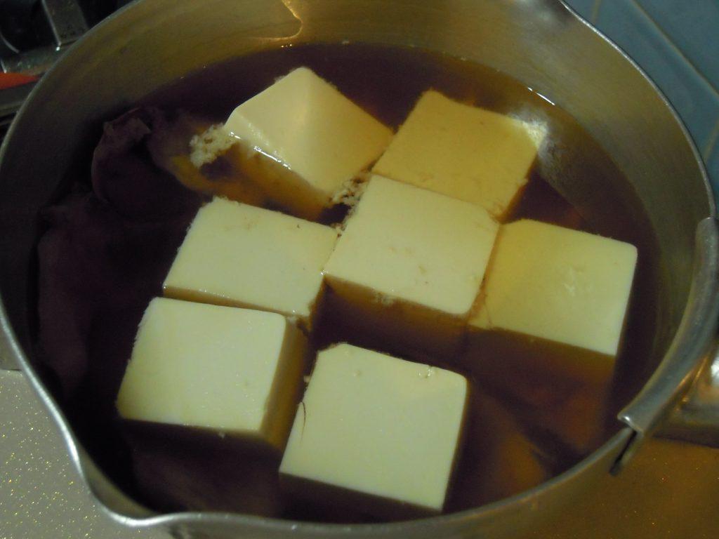 薄口醤油と豆腐を入れ味を染み込ます