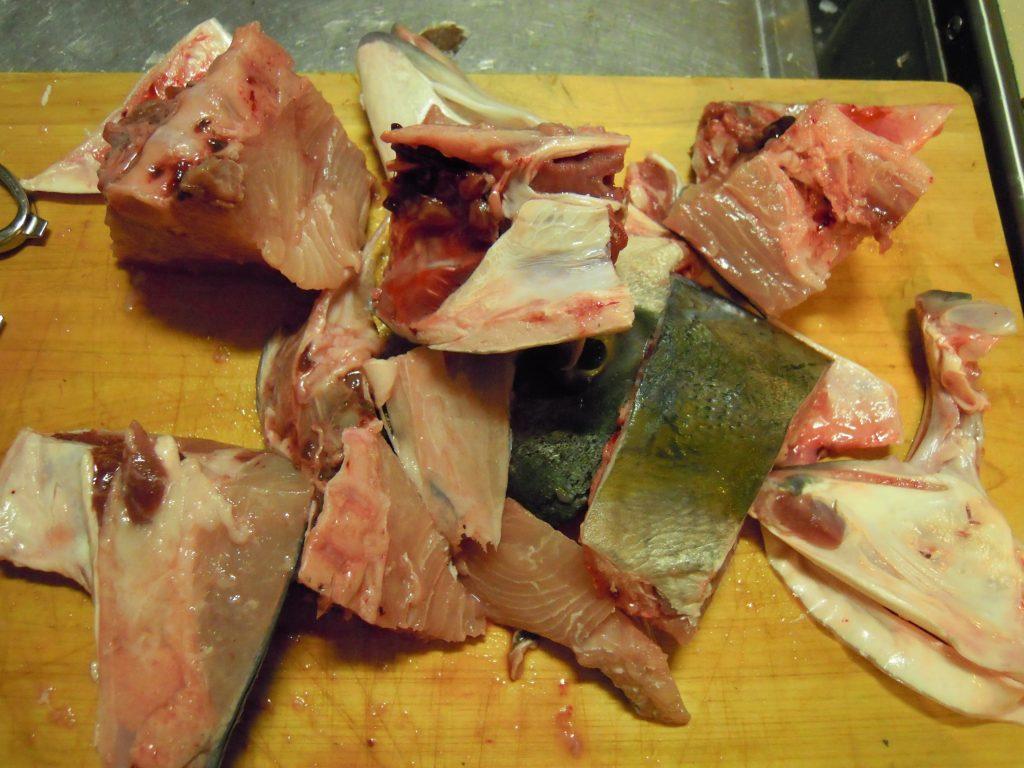 出刃包丁やハサミを駆使して頭を小さく分割する
