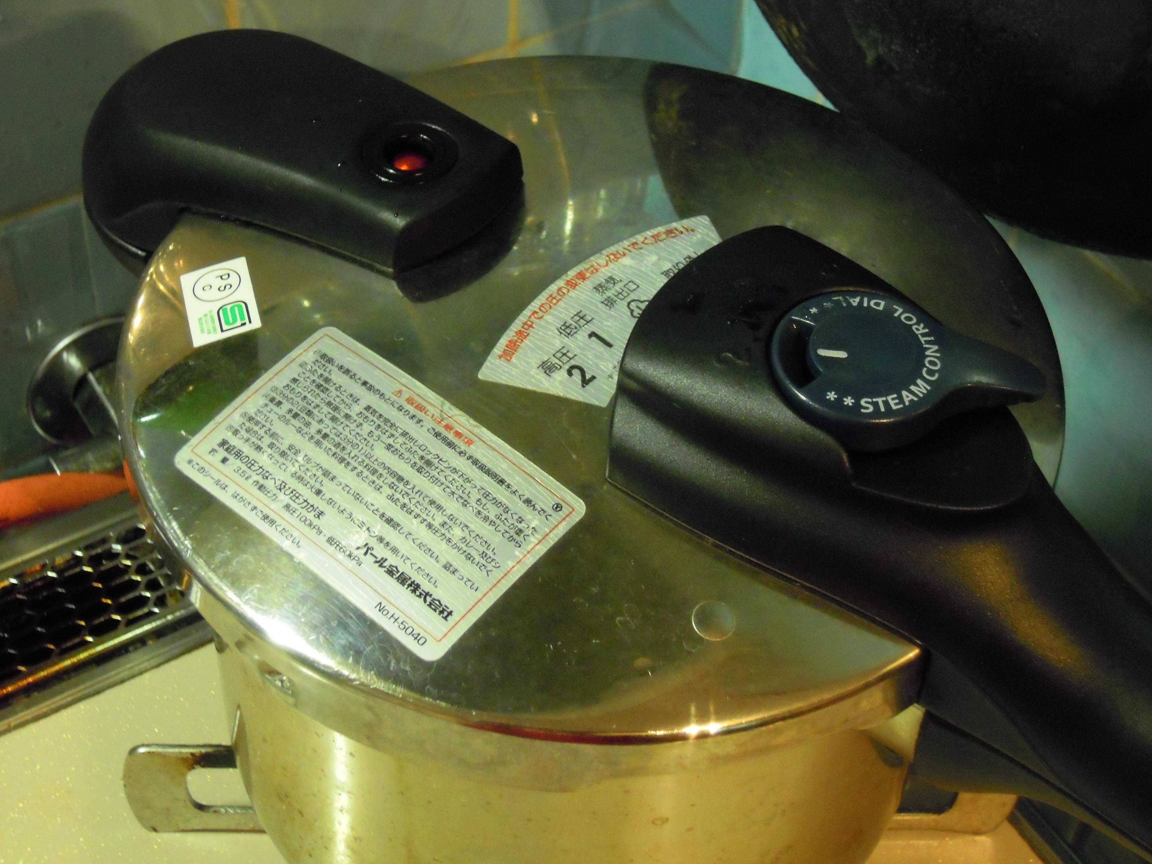 沸騰させてアクを取った後に蓋をし、15分加圧