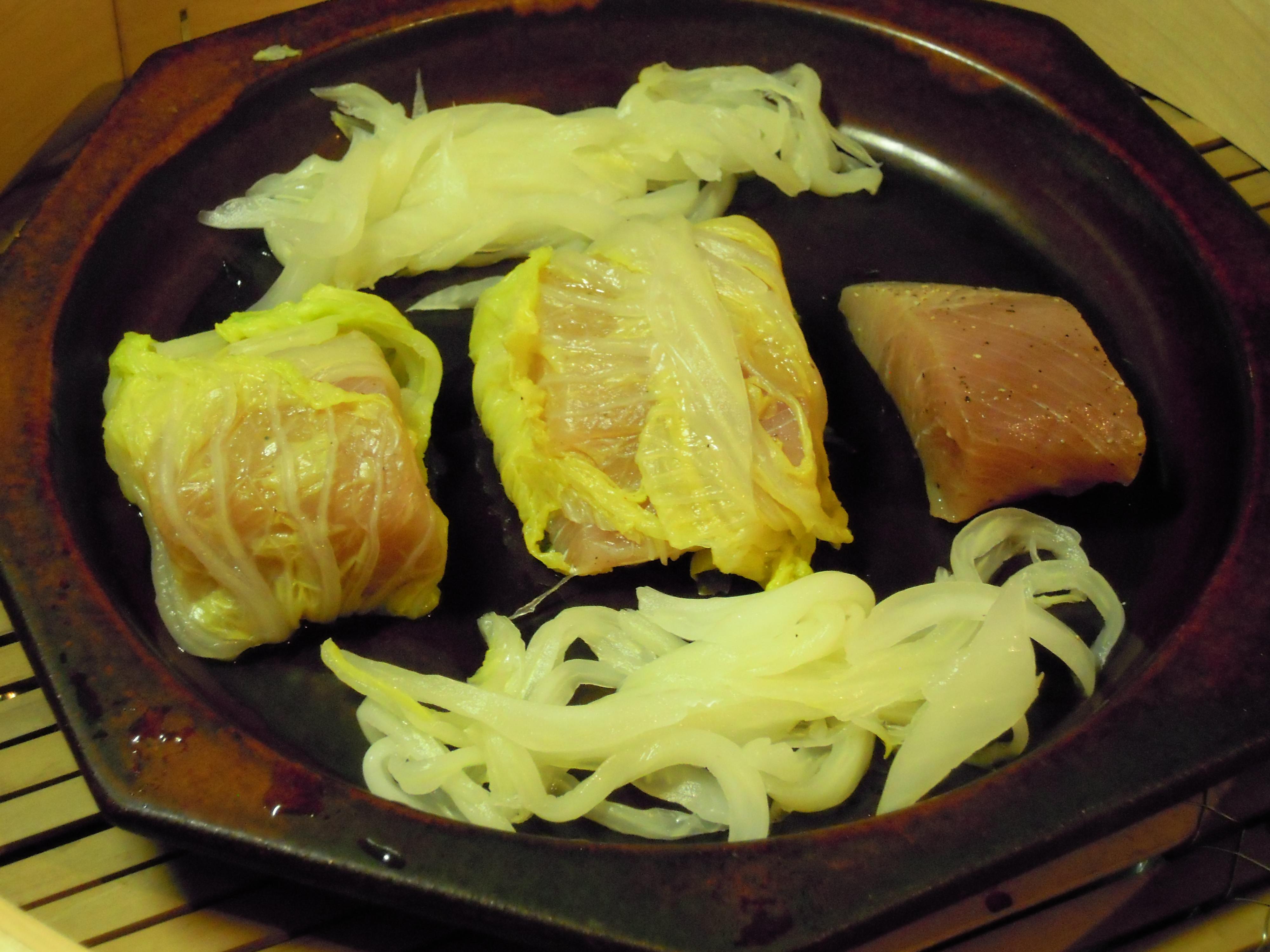 白菜で包んだブリを蒸篭で5分ほど蒸す